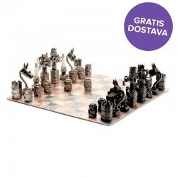 Igra šah s kovinskimi figurami